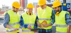 L'équipe sur le chantier avec la tablette suivi