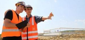 Conducteur de travaux avec chefs de chantiers sur la tablette travaux